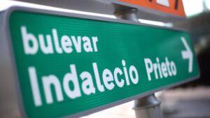 Señal que indica la dirección al Bulevar Indalecio Prieto, en Madrid