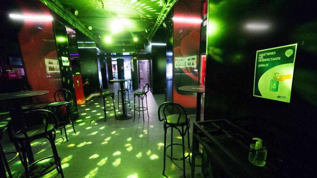 Sillas en la pista de baile de una discoteca de Madrid
