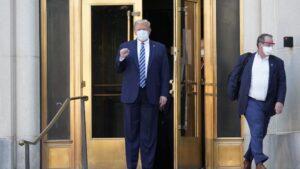 El presidente de Estados Unidos, Donald Trump, a su salida del hospital militar Walter Reed