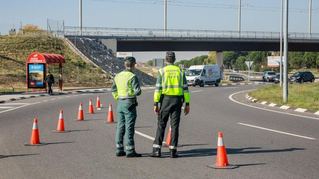 Dos agentes de la Guardia Civil de Tráfico en medio de la carretera durante la campaña especial de la DGT
