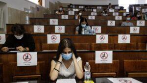 Estudiantes distanciados en una universidad de Roma italia coronavirus