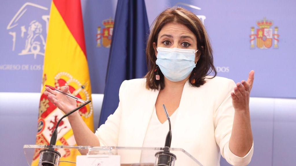 La portavoz del PSOE en el Congreso de los Diputados, Adriana Lastra, durante su intervención en la rueda de prensa convocada ante los medios