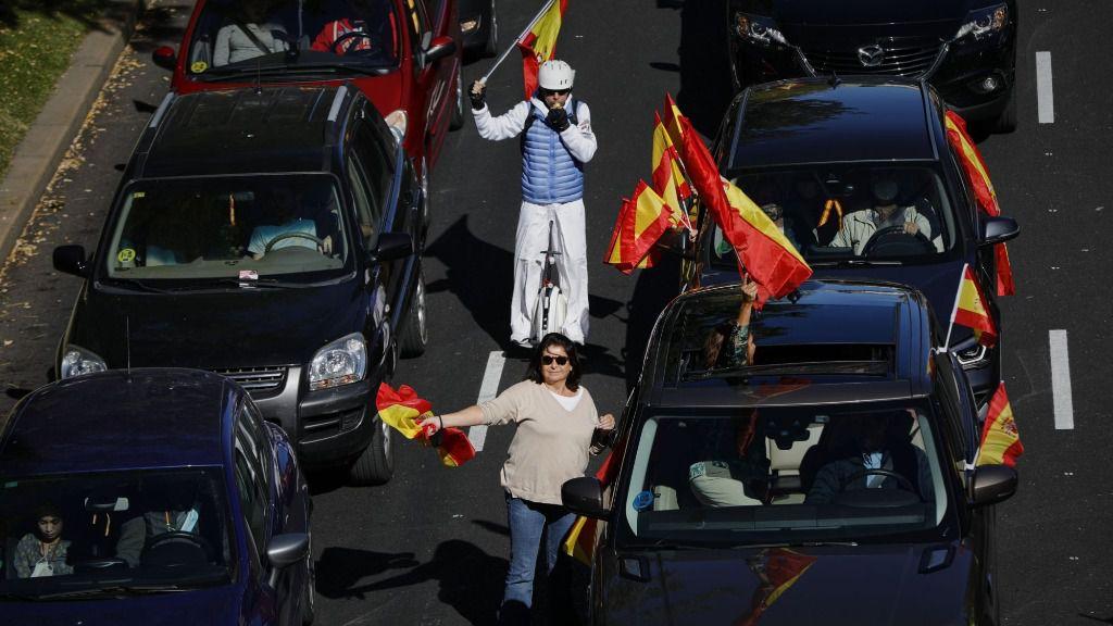 Varias personas participan con sus coches en la manifestación convocada por Vox