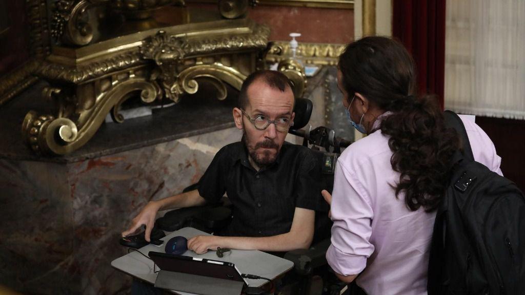 El vicepresidente segundo del Gobierno, Pablo Iglesias (d), habla con el portavoz de Unidas Podemos en el Congreso, Pablo Echenique (i), tras una sesión plenaria en el Congreso, en Madrid (España), a 29 de julio de 2020.