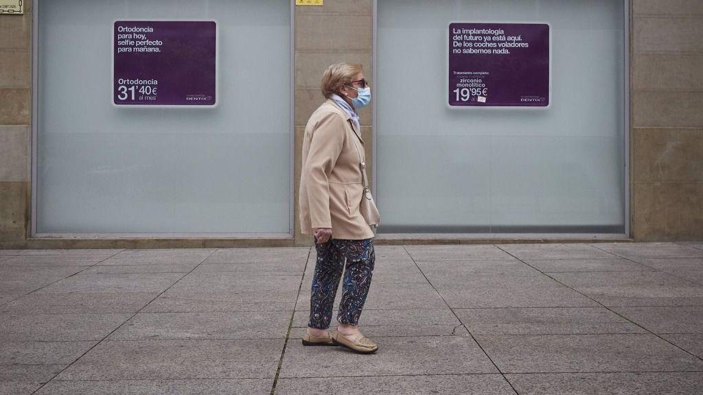 Una mujer paseas enfrente de una clínica. En Pamplona, Navarra (España), a 25 de mayo de 2020.