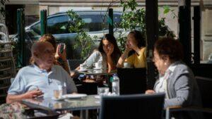 Barcelona limita el aforo en bares