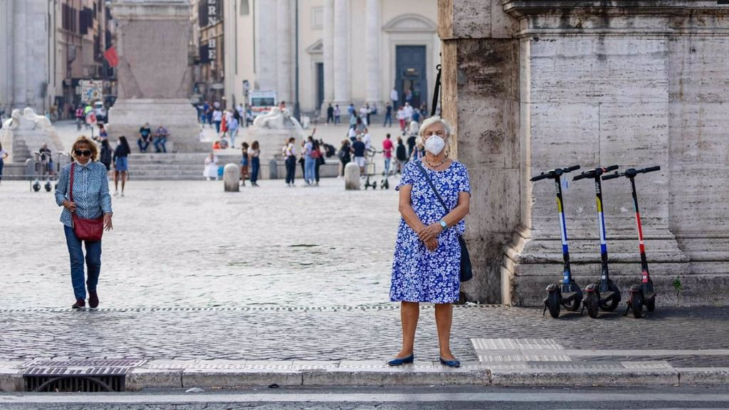 Una mujer con mascarilla en Roma italia coronavirus