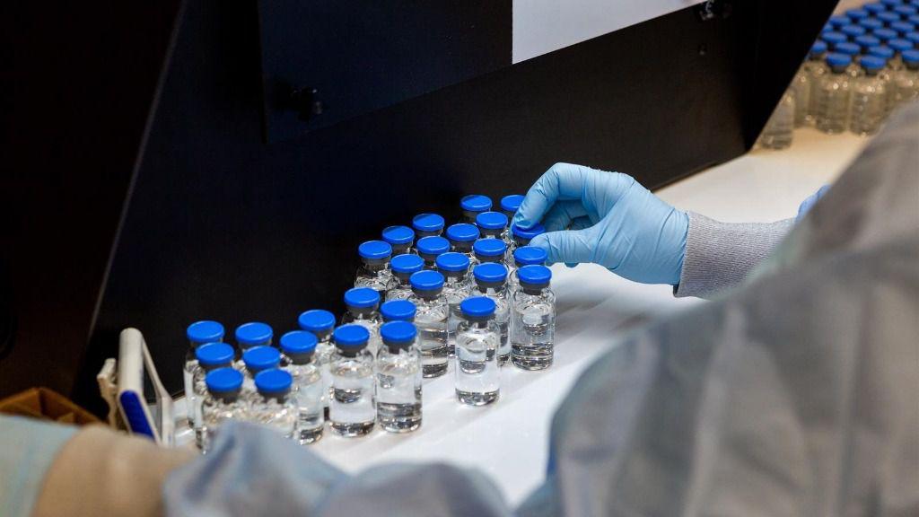 Un trabajor de Gilead trabaja con muestras de Remdesivir, un medicamento antiviral y el primer fármaco aprobado para tratar casos graves de COVID-19