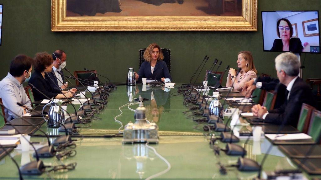 La presidenta del Congreso de los Diputados, Meritxell Batet (c), preside una reunión de la Mesa del Congreso
