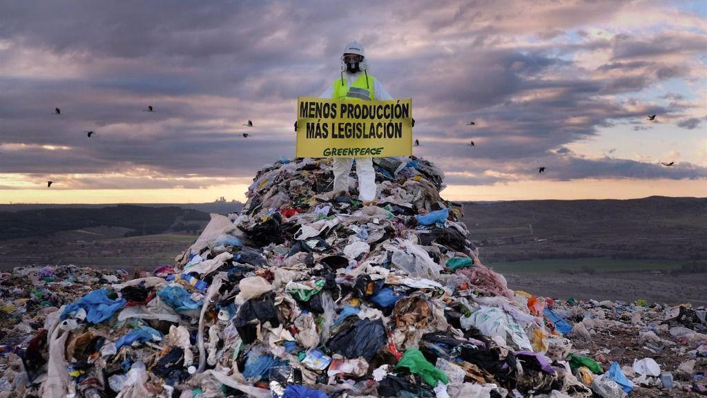 Activistas de Greenpeace han bloqueado el acceso de camiones al vertedero de Valdemingómez (Comunidad de Madrid), protestado contra el uso masivo de plástico de un solo uso y su deficiente gestión.