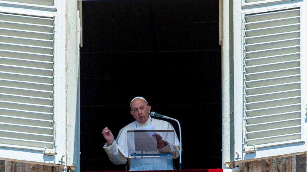 El Papa asomado a la Plaza de San Pedro