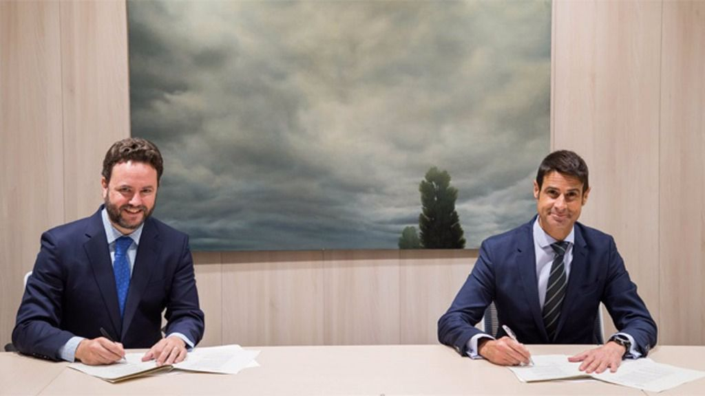 Iker Beraza (Sareb) y Daniel Caballero (CaixaBank), durante la firma del acuerdo.