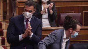 El presidente del Gobierno, Pedro Sánchez, aplaude al vicepresidente segundo del Gobierno, Pablo Iglesias
