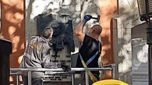 Operarios retiran la placa dedicada a Largo Caballero en la casa en la vivió, en Chamberí