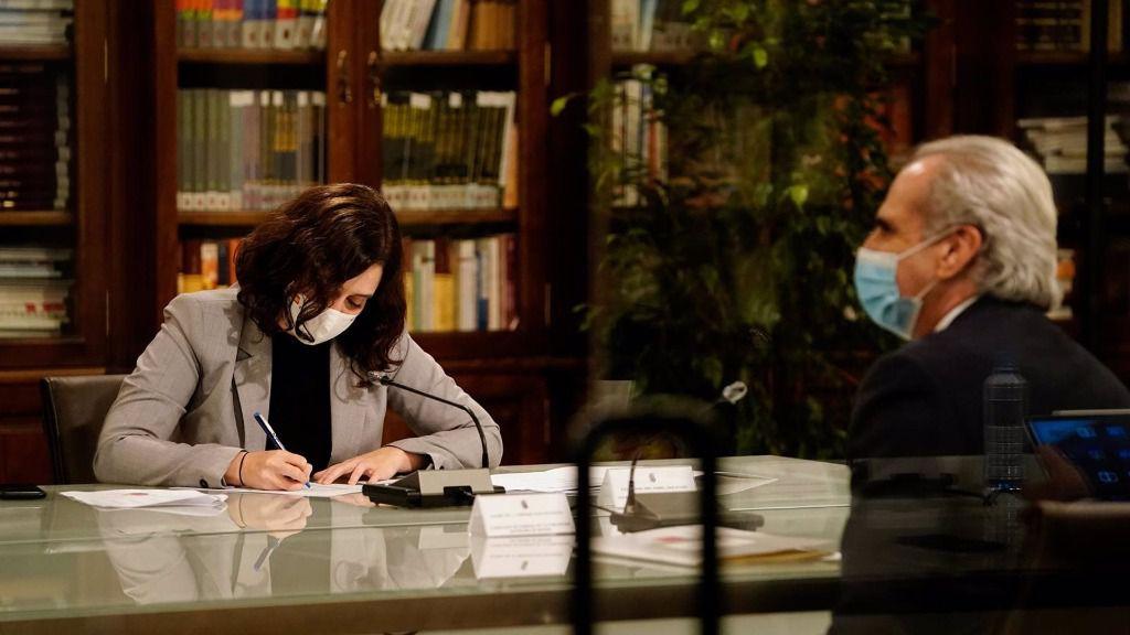 La presidenta de la Comunidad de Madrid, Isabel Díaz Ayuso, y el consejero madrileño de Sanidad, Enrique Ruiz Escudero