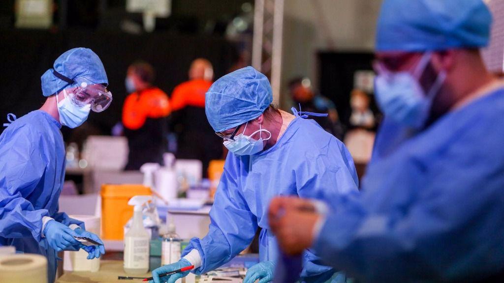 Trabajadores sanitarios colocan el material utilizado para realizar tests de antígenos a vecinos del municipio de Alcobendas