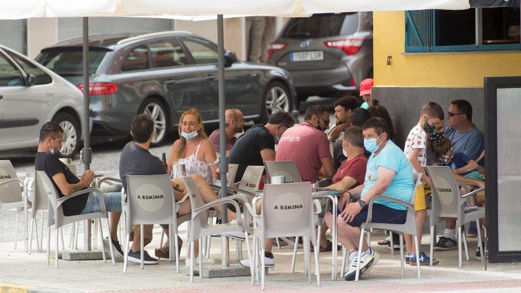 Ciudadanos en la terraza de un bar de Foz, en la comarca gallega de A Mariña (Lugo)