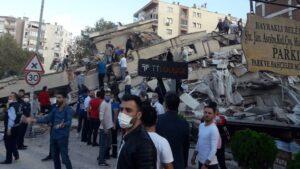 Edificio destruido por un terremoto en Esmirna, Turquía