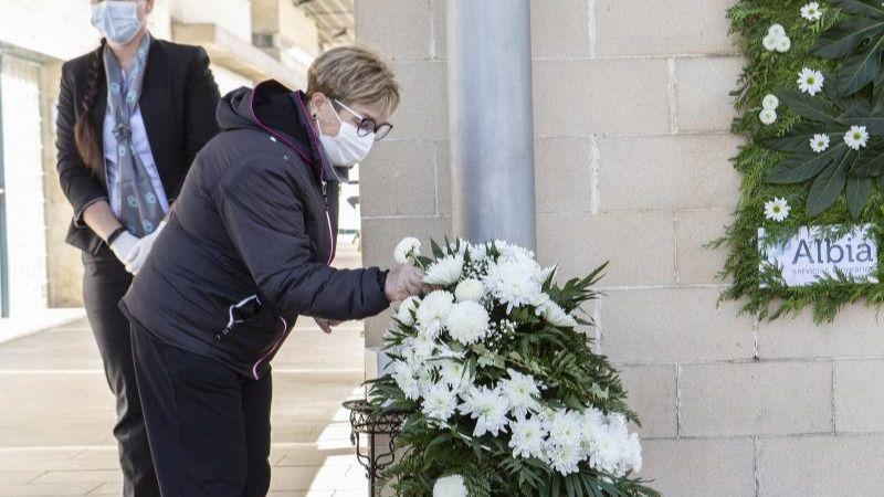 Una mujer coge una flora blanca en uno de los centros