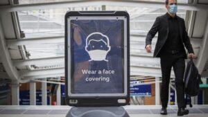 Cartel que promueve el uso de mascarilla en una estación de Edbimburgo coronavirus