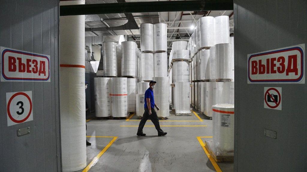 Un trabajador en una fábrica de Moscú rusia coronavirus