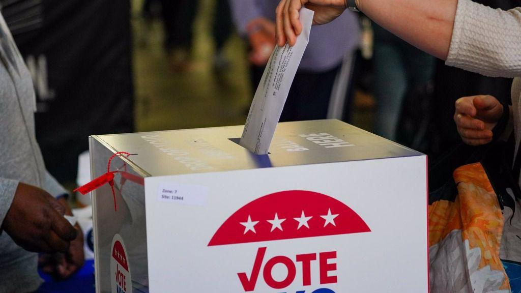 Un votante deposita su papeleta en el voto anticipado en Nueva York