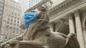 Uno de los leones que preside la entrada a la Libreria Pública de Nueva York.