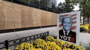 Un escaparate protegido con paneles de madera en Washington de cara a las elecciones
