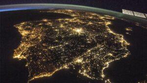 España es uno de los países más iluminados del mundo. En la imagen, iluminación nocturna en la península ibérica tomada desde la Estación Espacial Internacional