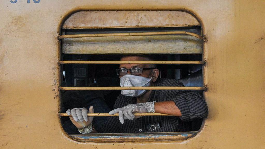 Un hombre con mascarilla en un tren en la ciudad india de Calcuta coronavirus