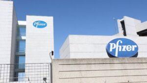Logo de Pfizer en el edificio de los laboratorios de la marca en Madrid.