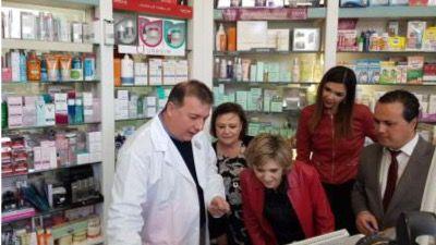María Luisa Carcedo, ministra de Sanidad, en su visita a una farmacia en el marco de la visita realizada a las obras del nuevo hospital de Melilla
