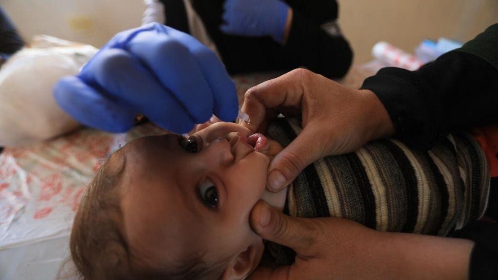 Un bebé de tres meses recibe una vacuna oral en Idlib, Siria
