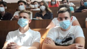 Reunión de estudiantes universitarios en Rusia para preparar el nuevo curso