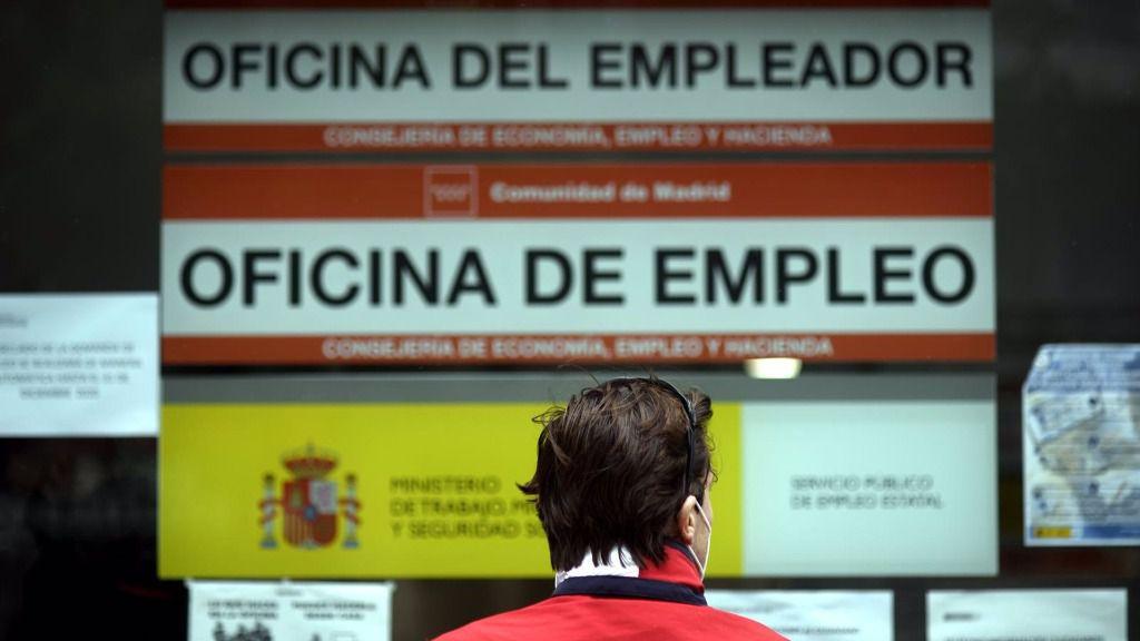 Una persona pasa al lado de una Oficina de Empleo en Madrid