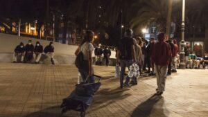 Inmigrantes desalojados del muelle de Arguineguín