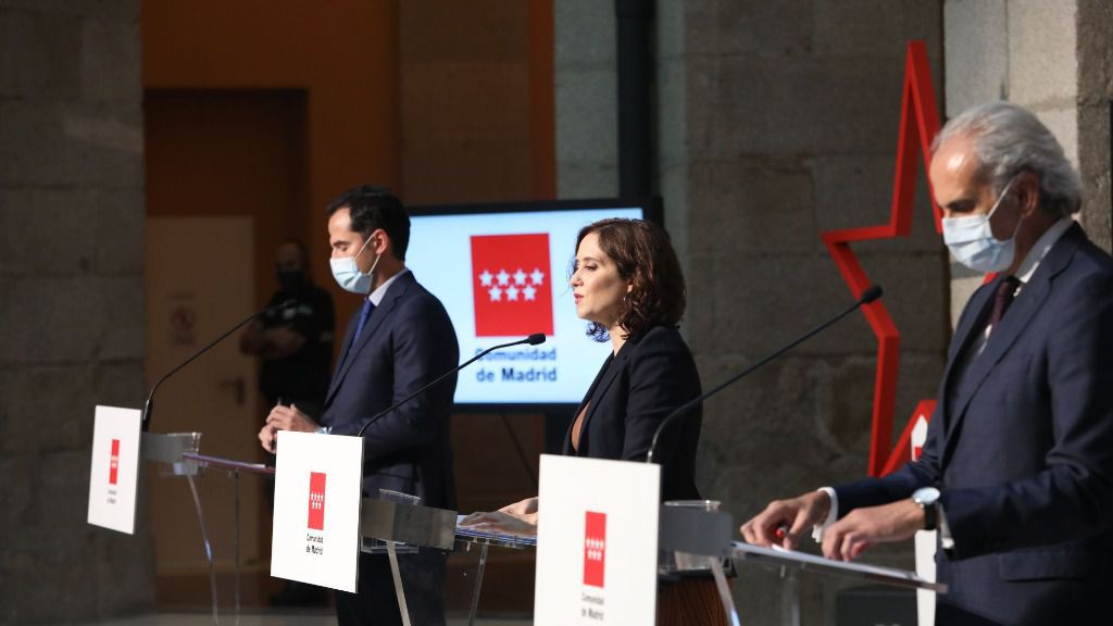 El vicepresidente, consejero de Deportes, Transparencia y portavoz regional, Ignacio Aguado, la presidenta de la Comunidad de Madrid, Isabel Díaz Ayuso, y el consejero de Sanidad, Enrique Ruiz Escudero