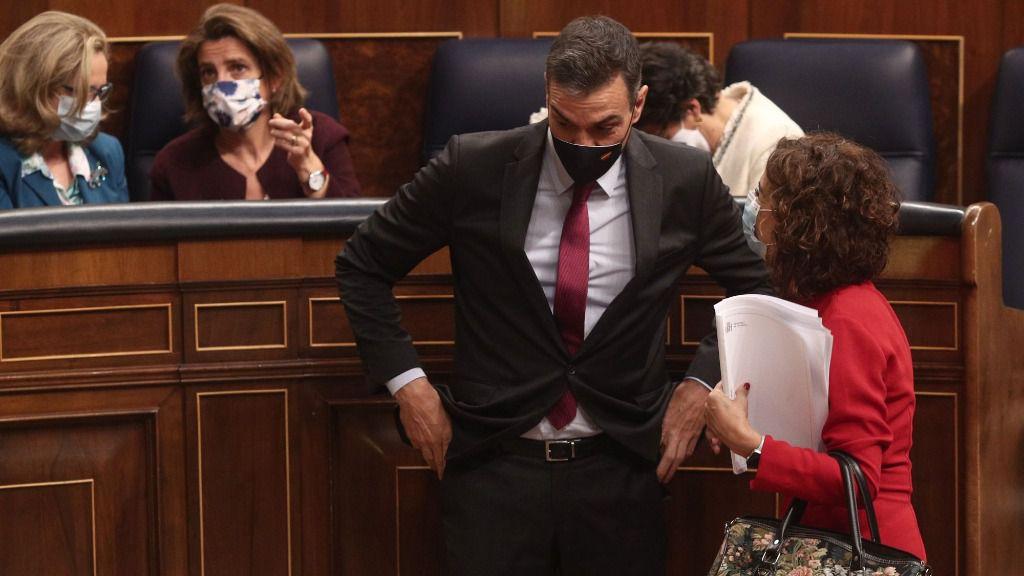 El presidente del Gobierno, Pedro Sánchez, conversa con la ministra de Hacienda, María Jesús Montero
