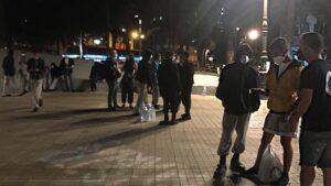 Los más de 200 migrantes desalojados del muelle de Arguineguín esta tarde llegan a Las Palmas de Gran Canaria, donde permanecen en la plaza frente a la Delegación del Gobierno en Canarias