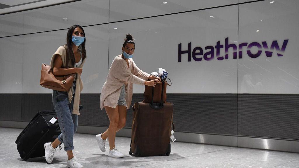 Dos pasajeras con mascarilla en el aeropuerto de Heathrow, en Londres