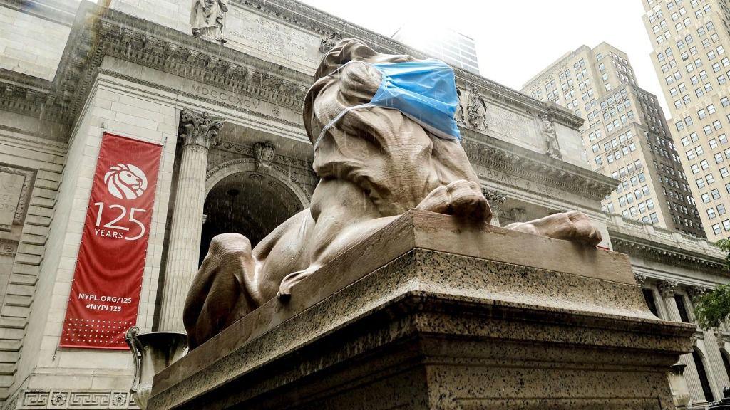 León de la Biblioteca de Nueva York con mascarilla por el coronavirus