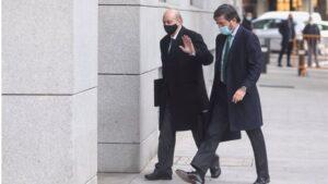 El exministro del Interior Jorge Fernández Díaz (i) llega a la Audiencia Nacional