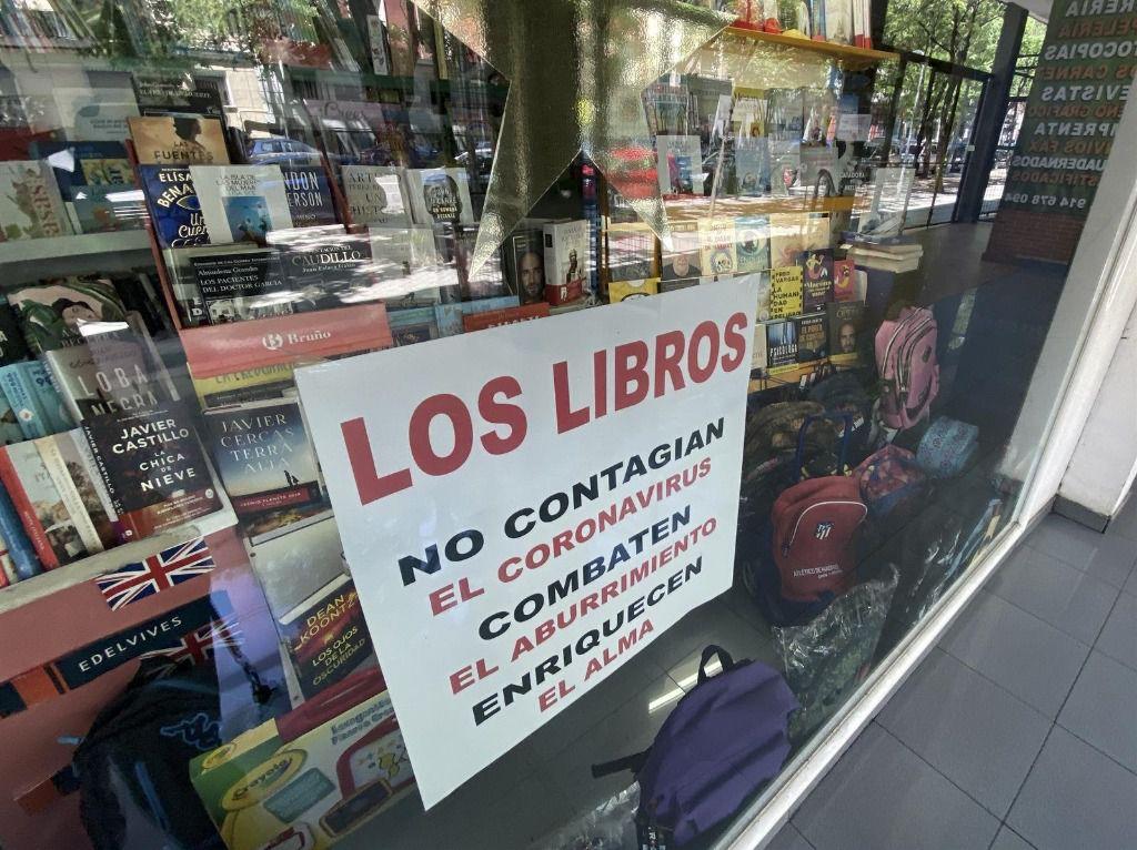 """Cristalera de librería Solocio, donde se puede leer un cartel donde pone """"Los libros no contagian el coronavirus, combaten el aburrimiento, enriquecen el alma""""."""