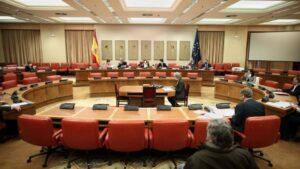 Vista general de la mesa con varios de los asistentes a la Comisión de Presupuestos en el Congreso