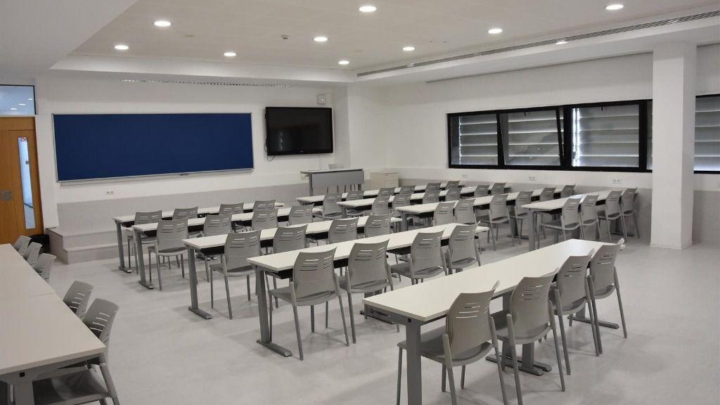 Imagen de un aula vacía de los centros de estudio de San Pablo Andalucía CEU