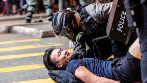 Un agente de Policía arroja a un manifestante al suelo durante un mitin