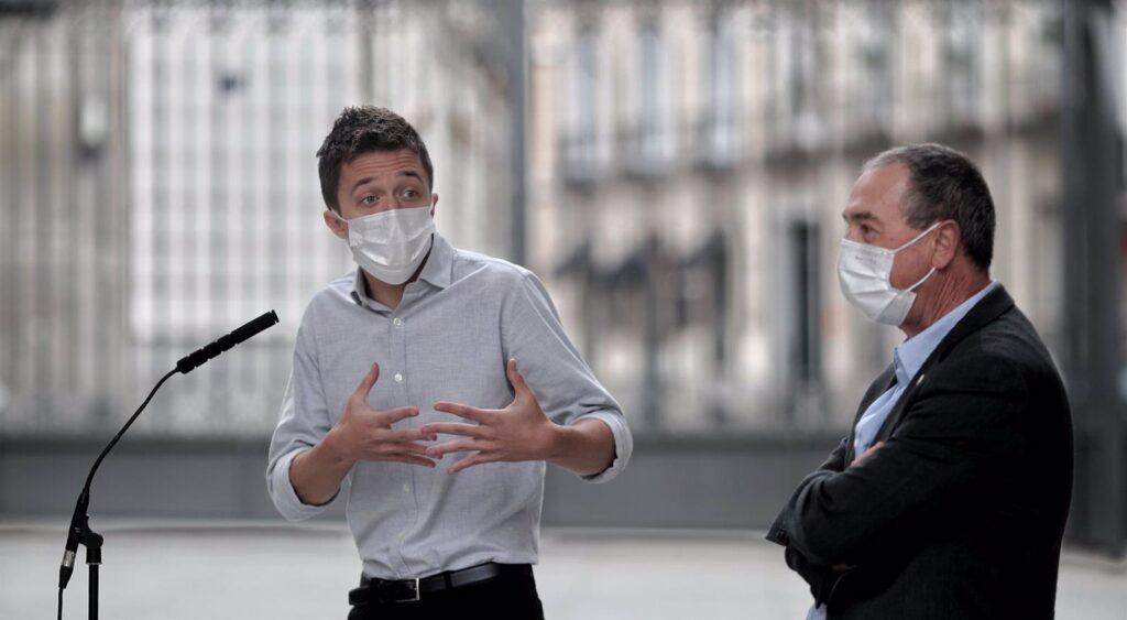 El líder de Más País, Íñigo Errejón, interviene acompañado por el diputado de Compromís en el Congreso, Joan Baldoví, durante una rueda de prensa en el Congreso