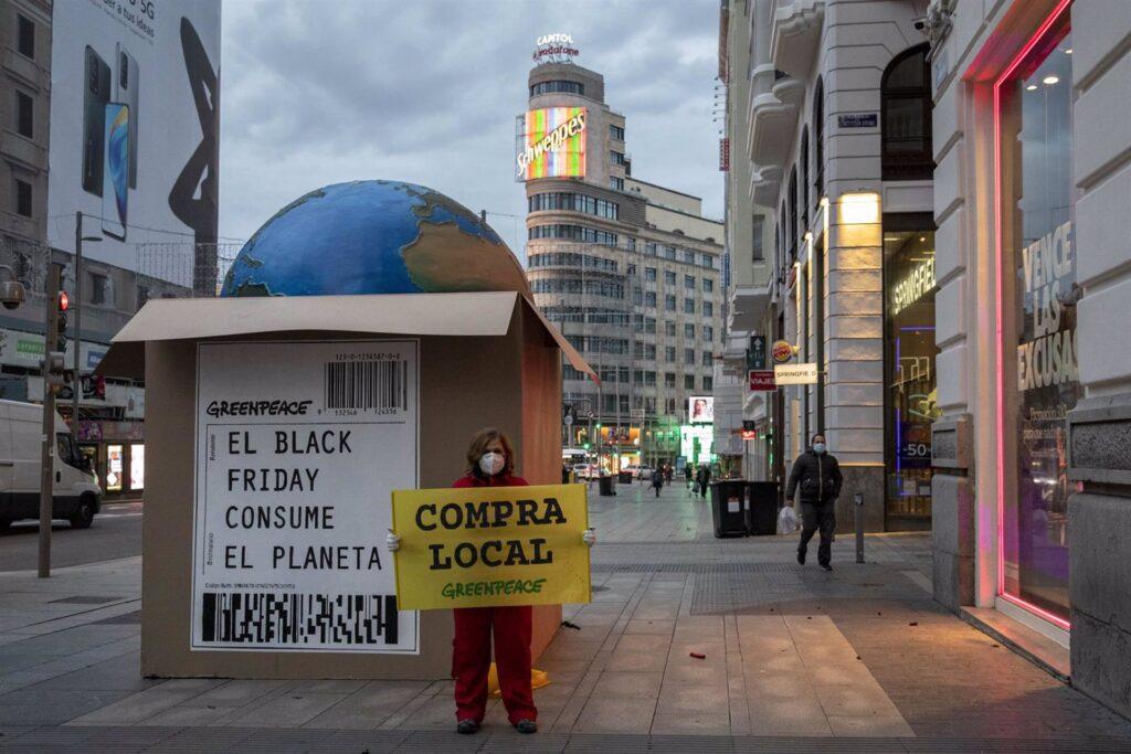 """Con motivo del 'Black Friday', activistas de Greenpeace han colocado a primera hora de esta mañana una enorme caja de 250 kilos con el planeta Tierra dentro a modo de """"envío de paquetería"""" para denunciar el consumismo desaforado"""