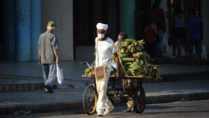 Un vendedor con mascarilla por el coronavirus en una calle de La Habana