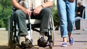 Silla de ruedas anciano dependencia cuidados cuidadora